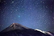 Изучение звездного неба в национальном парке тейде ночью